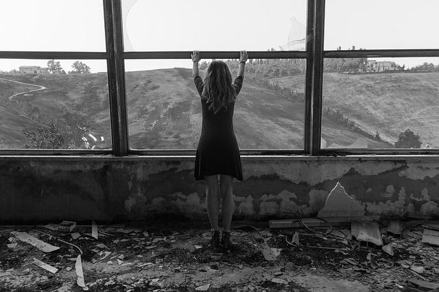 dívka ve starém domě