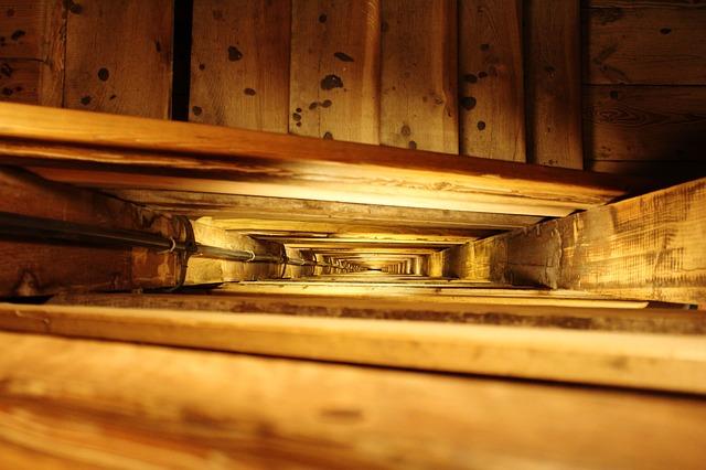 točité dřevěné schodiště hned do několika pater.jpg