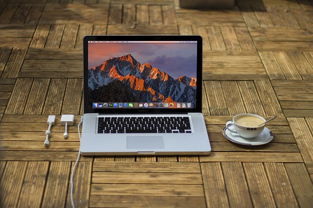 počítač s kávou