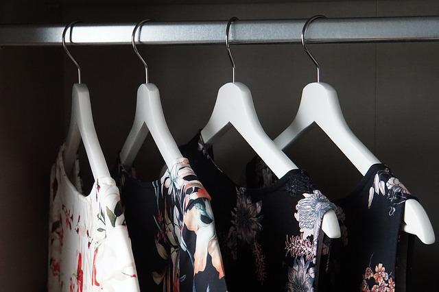 zavěšené oblečení